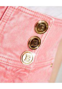 Balmain - BALMAIN - Różowe szorty z guzikami. Stan: podwyższony. Kolor: różowy, wielokolorowy, fioletowy. Wzór: aplikacja. Sezon: lato