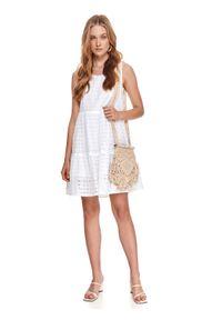 TOP SECRET - Ażurowa sukienka na ramiączkach o luźnym kroju. Kolor: biały. Materiał: bawełna, tkanina. Długość rękawa: na ramiączkach. Wzór: ażurowy. Sezon: lato. Styl: wakacyjny
