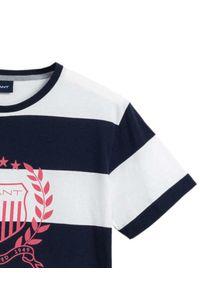 GANT - T-shirt w paski z różowym logo. Kolor: biały. Materiał: bawełna. Wzór: paski