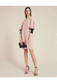 Luisa Spagnoli - LUISA SPAGNOLI - Jasnoróżowa sukienka z bufiastymi rękawami GINNY. Typ kołnierza: kokarda. Kolor: różowy, wielokolorowy, fioletowy. Wzór: aplikacja. Długość: midi