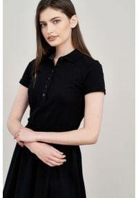 Marie Zélie - Sukienka Polo z gumką czarna krótki rękaw. Okazja: na co dzień, do pracy. Typ kołnierza: polo. Kolor: czarny. Materiał: dzianina, materiał, bawełna. Długość rękawa: krótki rękaw. Typ sukienki: proste, sportowe. Styl: sportowy, klasyczny, wakacyjny, casual