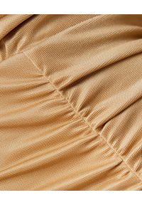 Elisabetta Franchi - ELISABETTA FRANCHI - Kamelowa midi sukienka z drapowaniem. Okazja: na imprezę. Kolor: beżowy. Materiał: tkanina. Długość rękawa: długi rękaw. Typ sukienki: dopasowane. Styl: elegancki. Długość: midi