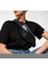 Czarna nerka Calvin Klein z aplikacjami