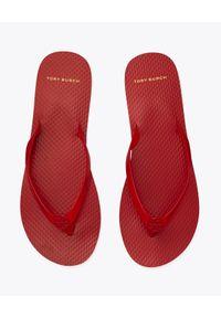 Tory Burch - TORY BURCH - Czerwone japonki. Kolor: czerwony. Wzór: paski. Obcas: na płaskiej podeszwie