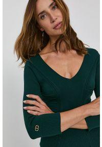 TwinSet - Twinset - Sukienka. Kolor: zielony. Materiał: dzianina. Wzór: gładki. Typ sukienki: dopasowane