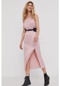 Różowa sukienka Answear Lab gładkie, wakacyjna, prosta