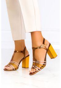 Casu - żółte sandały casu t-bar na szerokim ozdobnym słupku er21x8/y. Kolor: wielokolorowy, brązowy, żółty. Obcas: na słupku