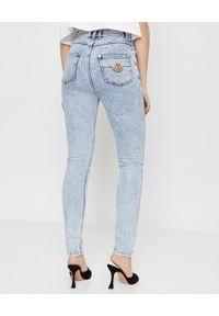 Balmain - BALMAIN - Wąskie jeansy skinny fit. Stan: podwyższony. Kolor: niebieski. Wzór: aplikacja. Styl: sportowy, klasyczny
