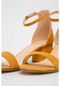 Żółte sandały Truffle Collection na klamry, z okrągłym noskiem