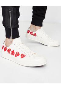 COMME DES GARCONS PLAY - Białe trampki z sercami. Okazja: na co dzień. Zapięcie: pasek. Kolor: biały. Materiał: dresówka, guma, jeans. Wzór: aplikacja. Styl: klasyczny, casual