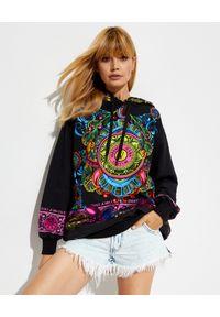 Versace Jeans Couture - VERSACE JEANS COUTURE - Bluza z kapturem z logo. Typ kołnierza: kaptur. Kolor: czarny. Materiał: bawełna. Długość rękawa: długi rękaw. Długość: długie. Wzór: nadruk, aplikacja, kolorowy