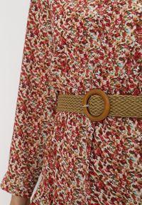 Born2be - Czerwona Sukienka Z Paskiem Noroe. Typ kołnierza: dekolt w kształcie V. Kolor: czerwony. Wzór: kwiaty, aplikacja. Styl: klasyczny, elegancki. Długość: midi