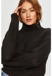 Answear Lab - Sweter. Kolor: czarny. Materiał: dzianina. Długość rękawa: długi rękaw. Długość: długie. Styl: wakacyjny
