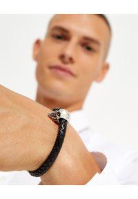 Alexander McQueen - ALEXANDER MCQUEEN - Skórzana bransoletka z czaszką. Materiał: srebrne. Kolor: czarny. Wzór: aplikacja