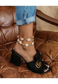 SELFIE JEWELLERY - Bransoletka na kostkę z muszelkami Treasure Island. Materiał: srebrne, złote. Kolor: biały. Wzór: kwiaty