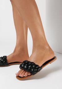 Born2be - Czarne Klapki Athessei. Nosek buta: otwarty. Kolor: czarny. Sezon: lato. Obcas: na obcasie. Styl: klasyczny. Wysokość obcasa: niski