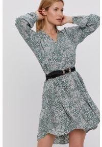Vero Moda - Sukienka. Kolor: zielony. Materiał: tkanina. Długość rękawa: długi rękaw. Typ sukienki: rozkloszowane