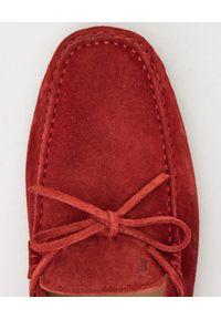 TOD'S - Czerwone mokasyny Gommino Driving. Okazja: na spacer. Kolor: czerwony. Materiał: zamsz, guma. Wzór: aplikacja. Sezon: lato, wiosna #4