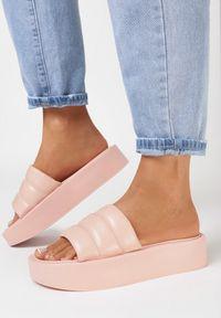Born2be - Jasnoróżowe Klapki Lilinyera. Nosek buta: okrągły. Kolor: różowy. Wzór: gładki, aplikacja. Obcas: na platformie. Styl: elegancki