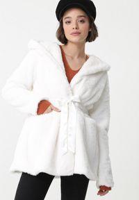 Biały płaszcz Born2be