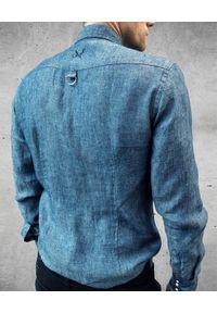 GUNS & TUXEDOS - Jeansowa koszula z kieszeniami Jungle Drop1. Okazja: na co dzień. Typ kołnierza: kołnierzyk klasyczny. Kolor: niebieski. Materiał: jeans. Długość rękawa: długi rękaw. Długość: długie. Wzór: haft. Styl: klasyczny, casual