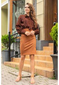 Merribel - Brązowa Bluzka w Groszki z Wiązaną Szarfą. Kolor: brązowy. Materiał: poliester. Wzór: grochy