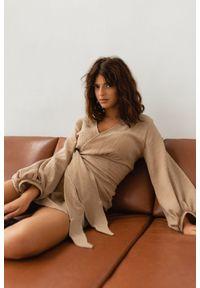 Marsala - Sukienka z muślinu z wiązaniem na boku BEŻOWA - TULSA BY MARSALA. Typ kołnierza: dekolt w kształcie V. Kolor: beżowy. Materiał: bawełna