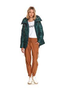 TOP SECRET - Krótka pikowana kurtka z wysokim kołnierzem. Kolor: zielony. Materiał: dzianina. Długość rękawa: długi rękaw. Długość: krótkie. Sezon: zima