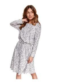 TOP SECRET - Wygodna sukienka z wiązaniem w talii. Okazja: na co dzień. Kolor: szary. Wzór: gładki. Typ sukienki: proste. Materiał: tkanina. Długość rękawa: długi rękaw. Sezon: wiosna. Styl: casual. Długość: midi
