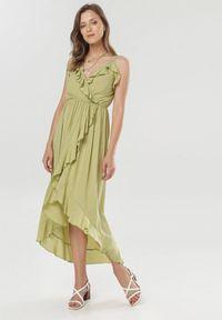 Born2be - Zielona Sukienka Canorous. Okazja: na wesele, na ślub cywilny, na randkę. Typ kołnierza: kołnierz z falbankami, typu klepsydra. Kolor: zielony. Długość rękawa: na ramiączkach. Typ sukienki: asymetryczne, kopertowe