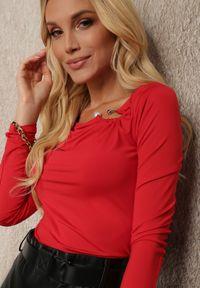 Renee - Czerwona Bluzka Ageris. Kolor: czerwony. Materiał: tkanina, dzianina, materiał, jeans. Długość rękawa: długi rękaw. Długość: długie. Wzór: aplikacja. Styl: elegancki
