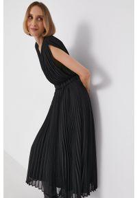 Armani Exchange - Sukienka. Kolor: czarny. Materiał: tkanina. Wzór: gładki. Typ sukienki: rozkloszowane, plisowane