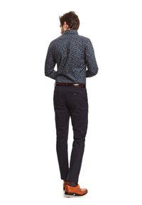 TOP SECRET - Spodnie chino z gładkiej tkaniny o kroju regularnym. Okazja: na co dzień, do pracy. Kolor: niebieski. Materiał: tkanina. Wzór: gładki. Sezon: zima. Styl: casual, klasyczny, elegancki