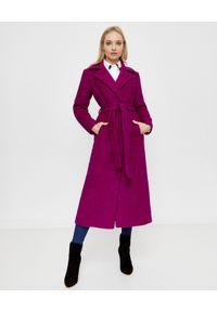CHAOS BY MARTA BOLIGLOVA - Fuksjowy płaszcz z wiązaniem. Kolor: fioletowy, różowy, wielokolorowy. Materiał: wełna