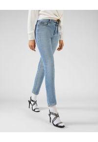 Versace Jeans Couture - VERSACE JEANS COUTURE - Niebieskie jeansy z logo. Stan: podwyższony. Kolor: niebieski. Wzór: nadruk, aplikacja. Sezon: wiosna. Styl: klasyczny, sportowy