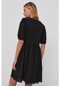 Jacqueline de Yong - Sukienka. Kolor: czarny. Materiał: tkanina. Typ sukienki: rozkloszowane