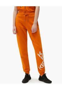 Kenzo - KENZO - Pomarańczowe spodnie jogger z logo. Kolor: pomarańczowy. Materiał: dresówka. Długość: długie. Wzór: nadruk