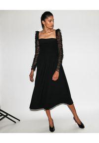 SELF PORTRAIT - Czarna sukienka midi w kropki. Typ kołnierza: dekolt kwadratowy. Kolor: czarny. Długość rękawa: długi rękaw. Wzór: kropki. Typ sukienki: plisowane, dopasowane. Długość: midi