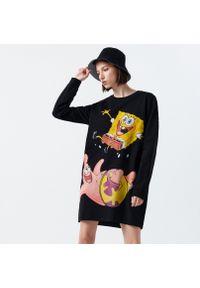 Cropp - Dresowa sukienka Spongebob - Czarny. Kolor: czarny. Materiał: dresówka