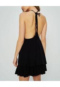 MARLU - Czarna sukienka mini Addis. Okazja: na randkę. Kolor: czarny. Materiał: tkanina, wiskoza. Sezon: lato. Typ sukienki: proste, z odkrytymi ramionami. Styl: wakacyjny. Długość: mini