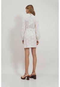 Nife - Bawełniana biała haftowana sukienka w kwiaty z falbaną. Typ kołnierza: kołnierzyk stójkowy. Kolor: biały. Materiał: bawełna. Wzór: haft, kwiaty. Typ sukienki: dopasowane, proste