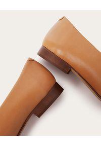 BALAGAN - Beżowe skórzane baleriny Kikar. Okazja: na co dzień. Kolor: beżowy. Materiał: skóra. Obcas: na obcasie. Styl: casual. Wysokość obcasa: niski