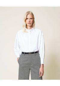 TwinSet - Biała koszula z popeliny z falbankami Twinset. Typ kołnierza: kołnierz z falbankami. Kolor: biały. Materiał: bawełna. Długość rękawa: długi rękaw. Długość: długie
