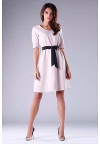 Nommo - Rozkloszowana Beżowa Sukienka z Czarnym Wiązaniem w Tali. Kolor: wielokolorowy, beżowy, czarny. Materiał: wiskoza, poliester