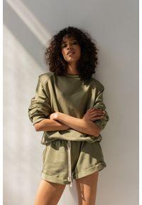 Marsala - Bluza damska z poduszkami na ramionach w kolorze SMOKE GREEN - AMBIENT BY MARSALA. Materiał: dresówka, dzianina, bawełna, elastan