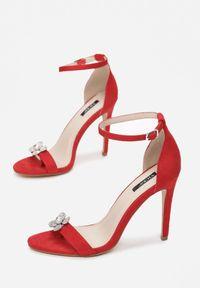 Czerwone sandały na słupku Renee