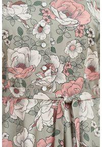 Marie Zélie - Sukienka Rosa Nodulosa oliwkowa. Typ kołnierza: kokarda. Kolor: oliwkowy. Materiał: bawełna, skóra, materiał. Długość rękawa: krótki rękaw. Długość: midi