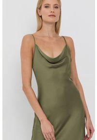 Guess - Sukienka. Okazja: na co dzień. Kolor: zielony. Materiał: włókno, satyna, tkanina, materiał. Długość rękawa: na ramiączkach. Wzór: ze splotem. Typ sukienki: proste. Styl: casual