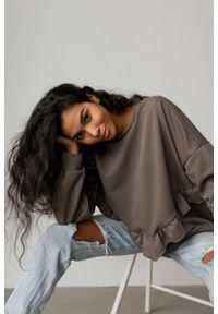 Marsala - Bluza damska oversize z falbanką na dole CIEMNA OLIWKA - ANGEL BY MARSALA. Materiał: bawełna, dzianina, materiał, elastan. Długość rękawa: długi rękaw. Długość: długie. Sezon: lato