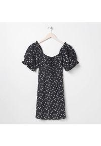 Sinsay - Sukienka letnia w kwiaty - Czarny. Kolor: czarny. Wzór: kwiaty. Sezon: lato
